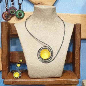 Collar de hierro con piedra amarilla