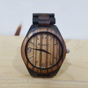 Reloj marrón de madera con correa de madera