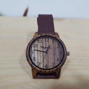 Reloj marrón de madera con correa de piel