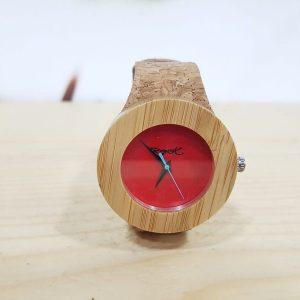 Reloj rojo de madera con correa de piel